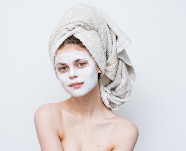 Femme, à, épaules nues, masque visage, propre, peau, soin