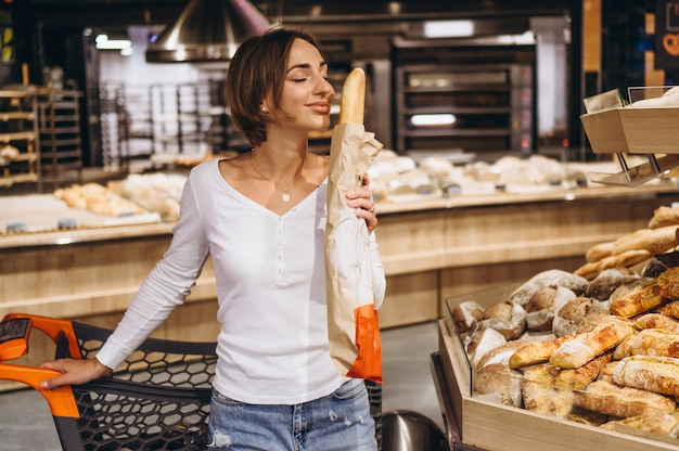 Femme, épicerie, acheter, pain frais