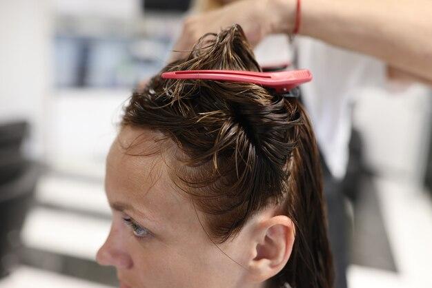 Femme avec des épingles à cheveux cheveux mouillés