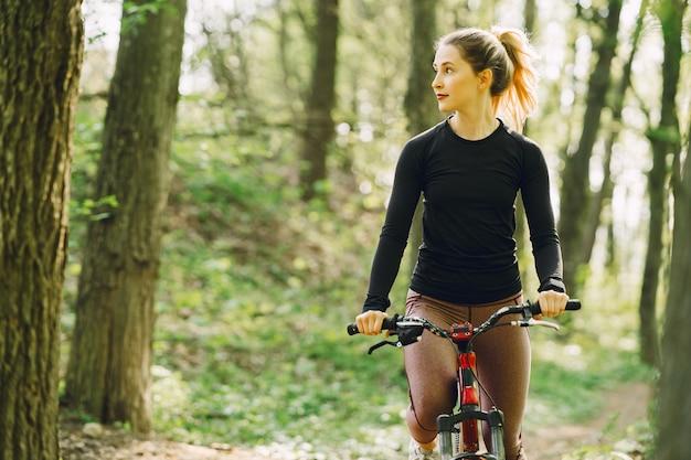 Femme, équitation, montagne, vélo, forêt