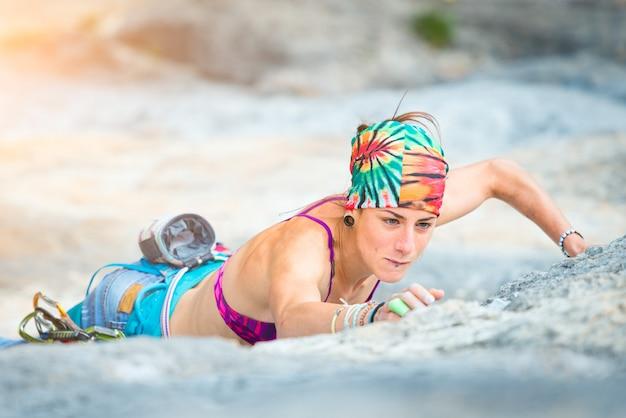 Femme en escalade sportive
