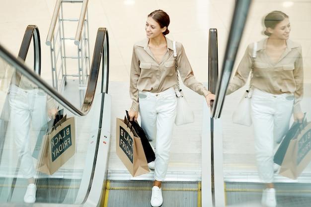 Femme sur l'escalator