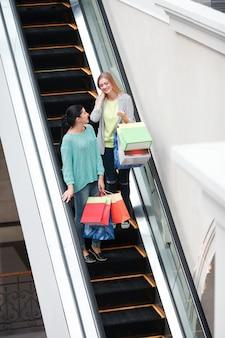 Femme sur l'escalier en mouvement