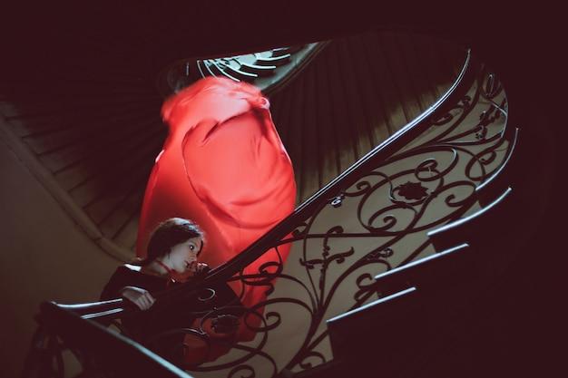 Femme sur un escalier