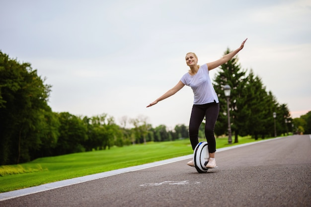 La femme essaie de garder son équilibre en roue libre.