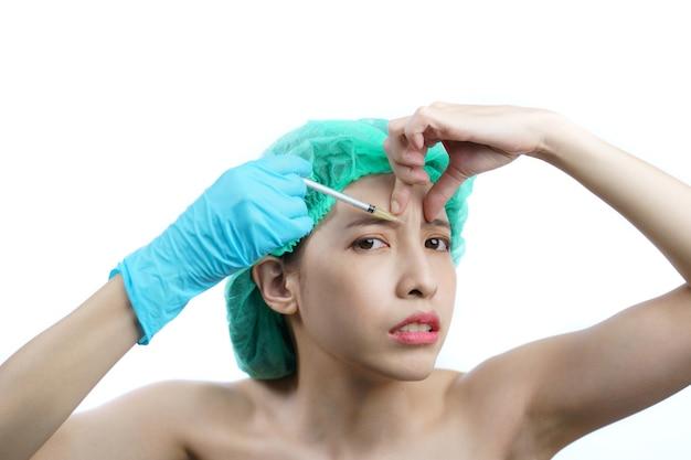 Une femme essaie d'utiliser l'injection d'aiguille par elle-même