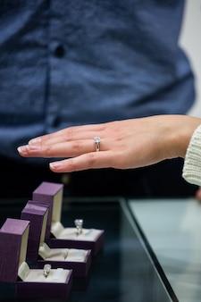 Femme essayant une bague en diamant