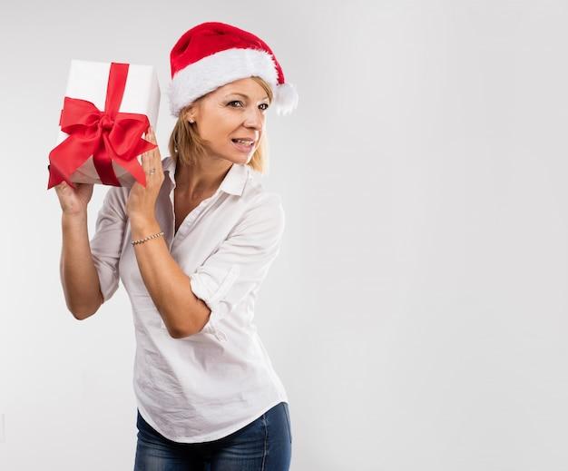 Femme essayant de deviner son cadeau