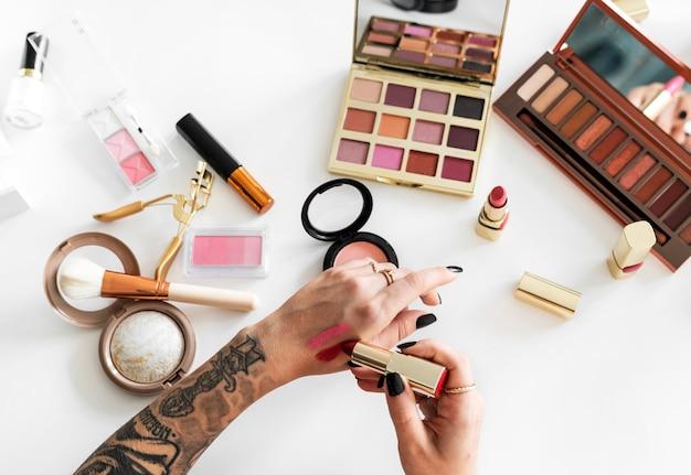 Femme essayant de maquillage