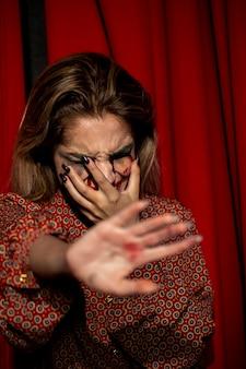 Femme essayant de ne pas montrer son visage