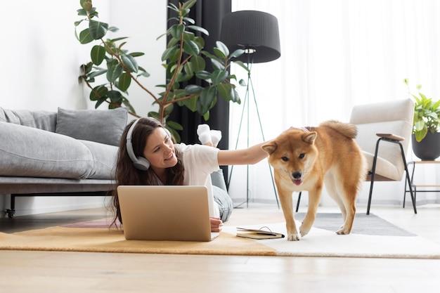 Femme essayant de travailler à côté de son chien