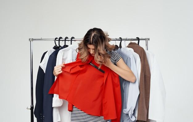 Femme essayant des vêtements à la mode dans une chemise de style magasinage.