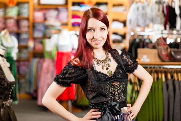 Femme essaye tracht ou dirndl dans un magasin