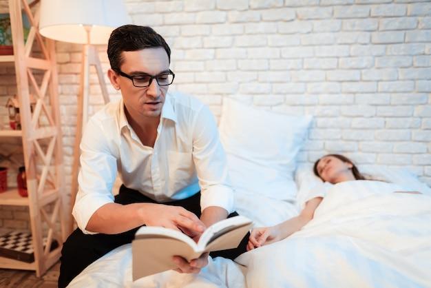 La femme est endormie une femme s'est endormie parce qu'elle était fatiguée