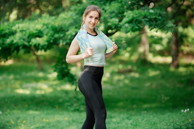La femme est engagée dans le sport, un mode de vie sain