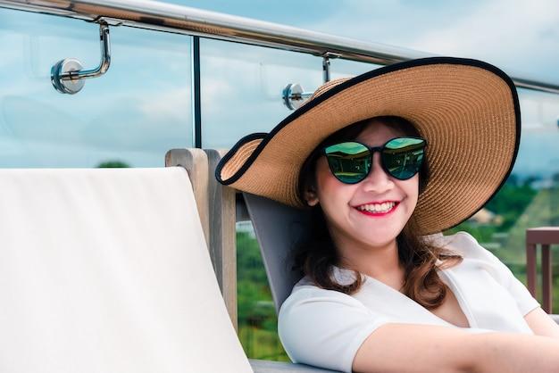 La femme est heureuse lors de ses vacances spéciales
