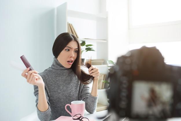 La femme est terrifiée par les pointes de ses cheveux