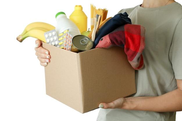 Femme est titulaire d'une boîte de dons, isolé sur fond blanc
