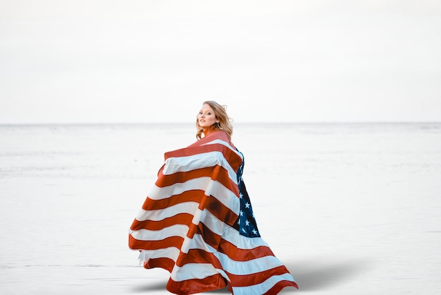 Femme avec les états-unis autour d'elle
