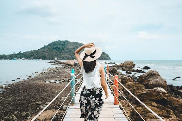 Femme été détente vacances