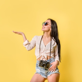 Femme en été porter avec caméra