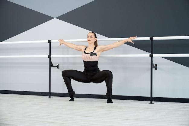 Femme, étirage, dans, plie, squat