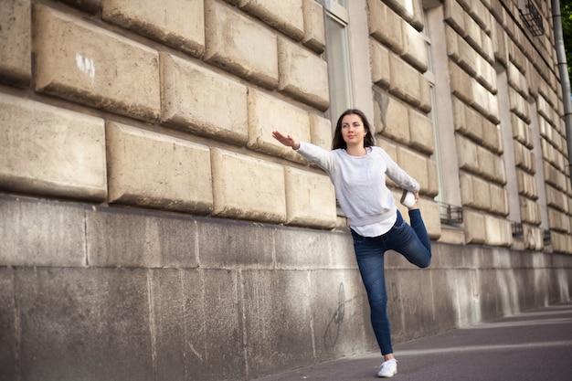 Femme étirant ses quadriceps