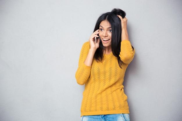 Femme étonnée, parler au téléphone
