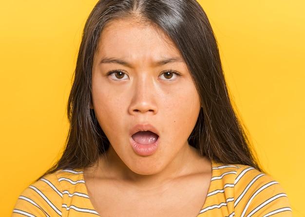 Femme, être surpris, vue frontale