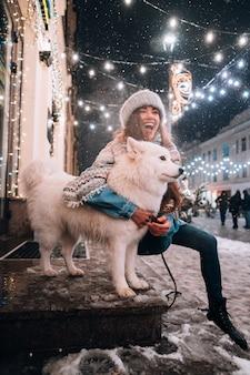 Femme, étreindre, elle, chien, rue nuit
