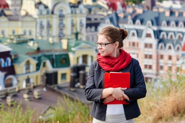 Femme étudiante au revers sur la ville floue