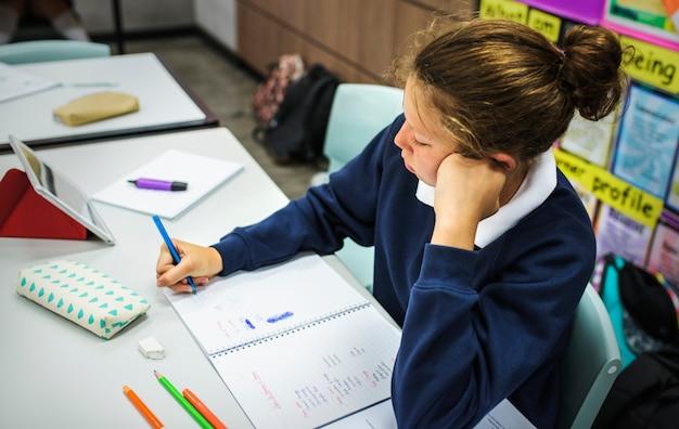Femme étudiante qui étudie dans le clsaarom
