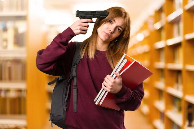 Femme étudiante se suicider sur un fond flou. retour à l'école