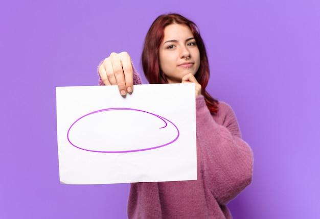 Femme étudiante tty montrant une remarque morceau de papier