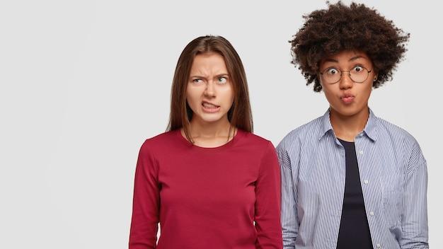 Une femme européenne insatisfaite fronce les sourcils