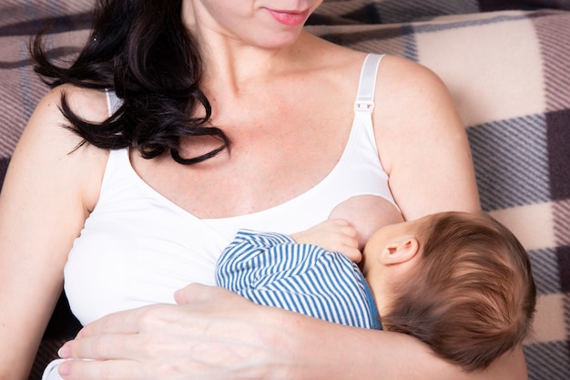 Femme européenne, maman. concept d'allaitement, bébé nouveau-né.