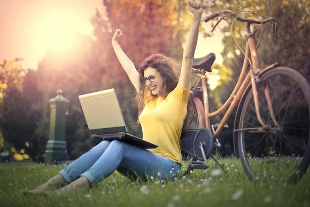 Femme exaltée avec ordinateur