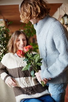 Femme excited avec des fleurs