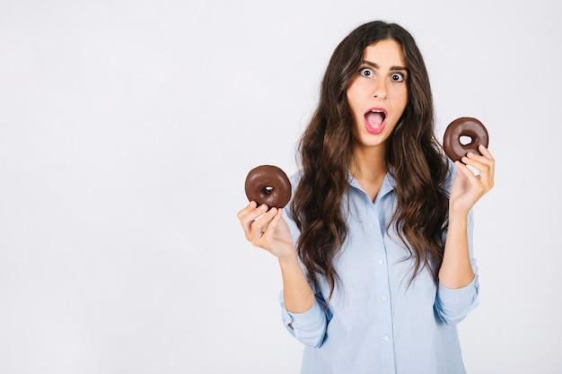 Femme excitée avec des beignets