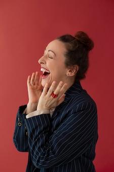 Femme excitée de coup moyen posant