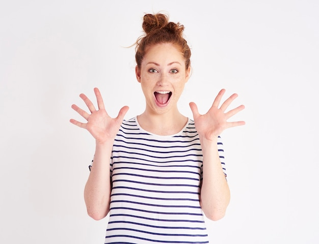 Femme excitée avec les mains levées en criant