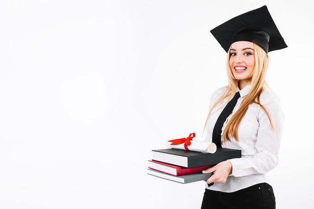 Femme excitée avec des manuels et certificat