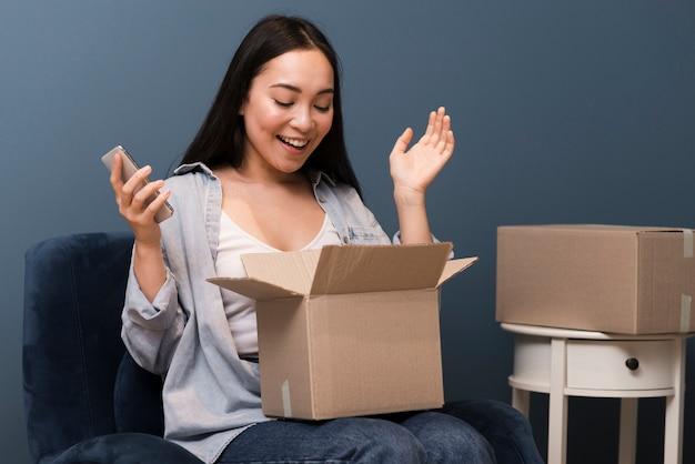 Femme excitée, ouverture, ligne, commandé, boîte