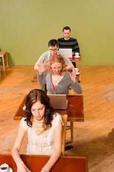 Femme excitée par ordinateur portable