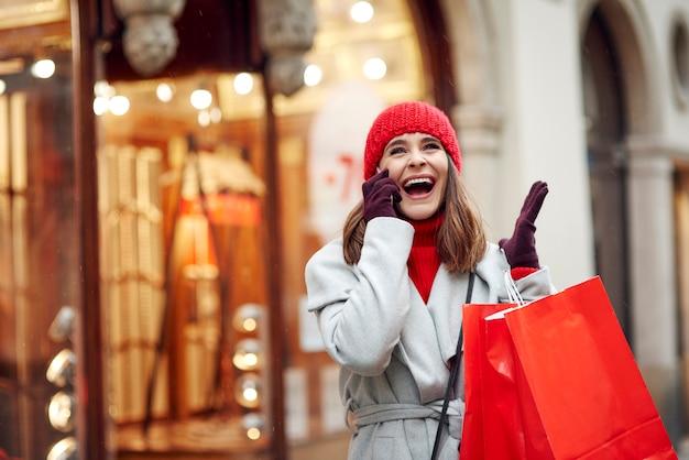 Femme excitée parlant de ce qu'elle a acheté