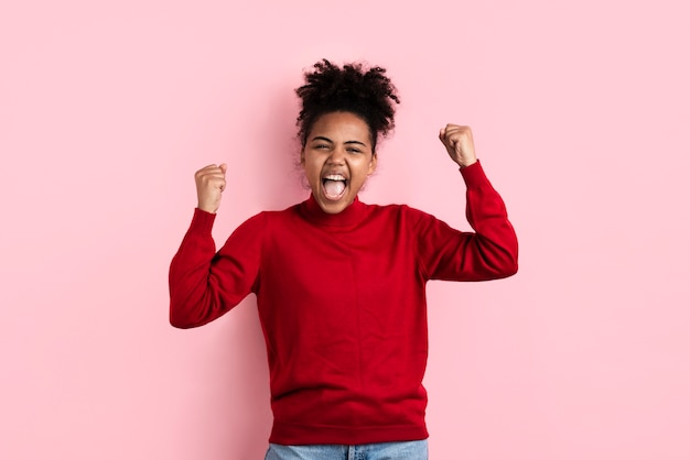 Femme excitée posant avec la bouche ouverte