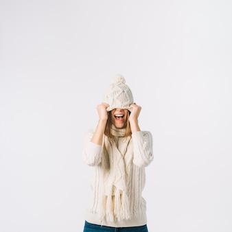 Femme excitée tirant le chapeau