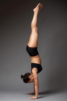 Femme, exécuter, poirier, exercice