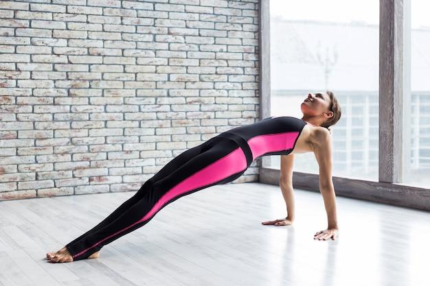 Femme, exécution, pose, yoga, planche, haut