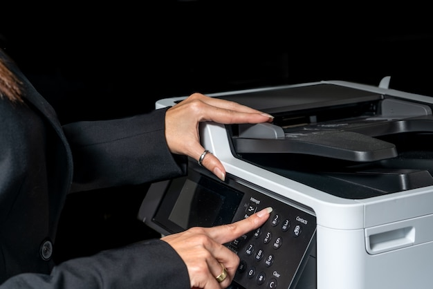 Femme exécutive prenant une photocopie - photocopieur.